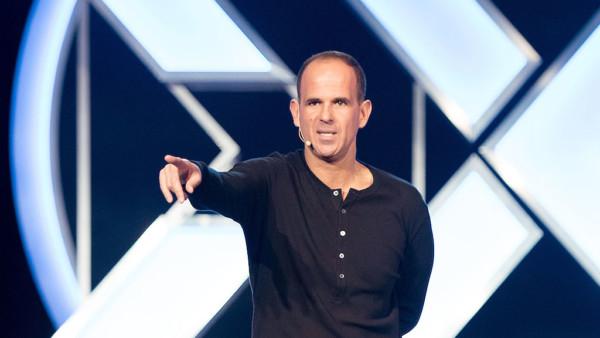Image of Marcus Lemonis speaking on stage.